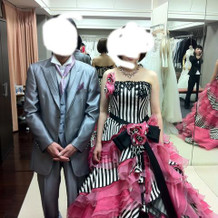 タキシードとカラードレスです。