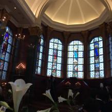 広い天井の挙式場