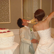 ウエディングケーキを食べさせている
