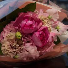 サプライズで新婦に花束