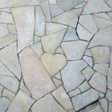 チャペル前の石畳にハートマークが!