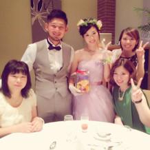 タキシードとカラードレスです