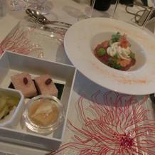 手前が前菜、奧が2皿目のお料理。