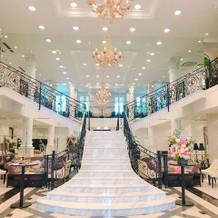 入口すぐの大階段と待ち合いスペース