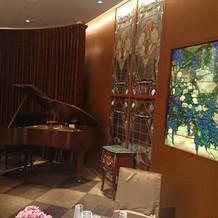 披露宴会場にはブラウンのグランドピアノ