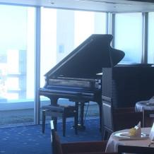 披露宴会場にグランドピアノ