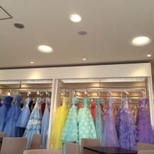 カラードレスも色毎で見やすいです