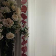 プランに組まれている正面の装花