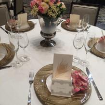 ピンクで華やかなテーブルコーディネート