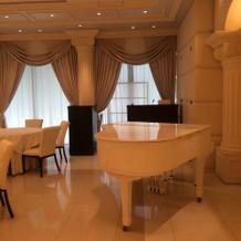 白いグランドピアノで演奏可能です