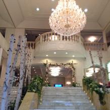 大階段とシャンデリア