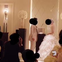 本番ウェディングドレス、タキシード横姿