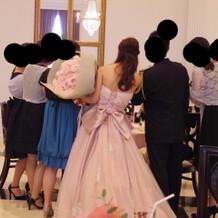 本番カラードレス背面