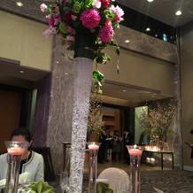 天井が高いので背の高い装花も豪華で映える