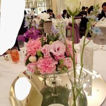 花瓶の花は新郎が集めて花嫁のブーケに…!
