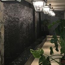 回廊も滝があります。