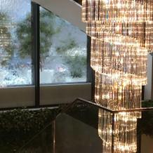 階段の外の窓は水が流れ、幻想的です。