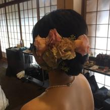 生花の髪飾りがとてもきれい