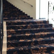 フロアの階段