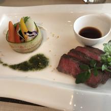見学時に試食した前菜とお肉は絶品でした