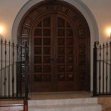 チャペル内入り口の扉