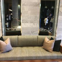 披露宴会場前のソファ席