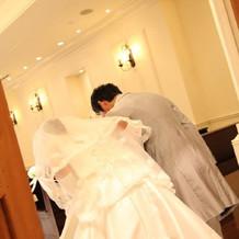 まぶしいドレスとタキシード
