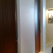 2階に着替える所があります