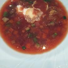 牛肉と春野菜ビーツのスープ。鮮やかで綺麗