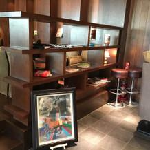 待合スペースに備え付けられている装飾棚