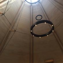 挙式会場の吹き抜け天井