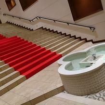 階段下に噴水があります。