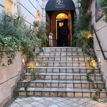 式場入り口。階段の装飾はオプション