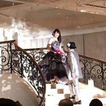螺旋階段。花婿は下から、花嫁は上から。