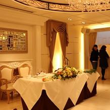 2階披露宴会場の新郎新婦のテーブル