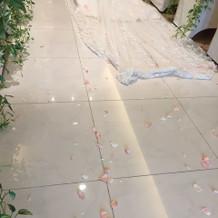 フラワーシャワーの映える綺麗な床でした。