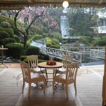 滝を背景に披露宴を行えます。