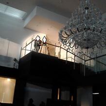 二階から登場