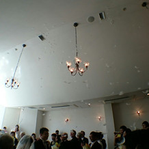 式の終わりに天井から羽が舞ってきました