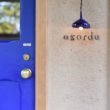 青い扉がとても可愛いです