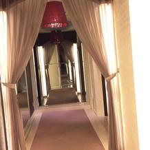 チャペル入口の廊下。とても可愛いです。
