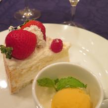 デザートプレートとウェディングケーキ
