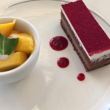 マンゴー、ラズベリーチョコケーキ