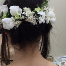 ヘアーアクセはティアラやお花が選べます。