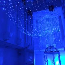 青く光るチャペル