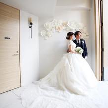 バックスタイルの美しい白ドレス