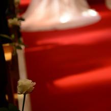 バージンロードに白い花を