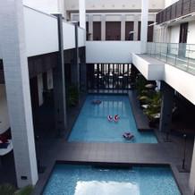中庭にあるプール