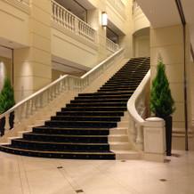 入ってすぐの大階段