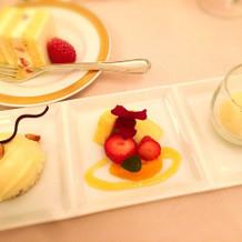 デザートプレートとウエディングケーキ